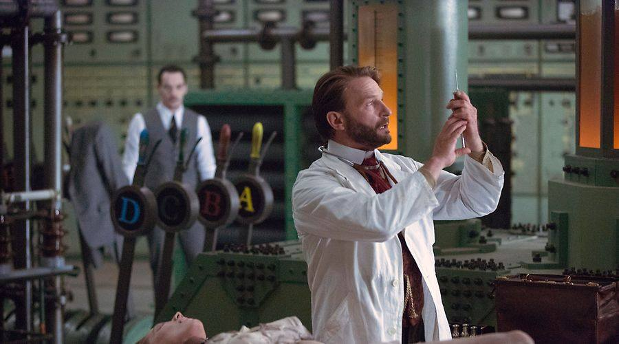 Van Helsing (Thomas Kretschmann) performs another experiment with the serum