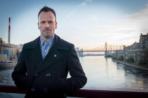 Sherlock Holmes (Jonny Lee Miller)