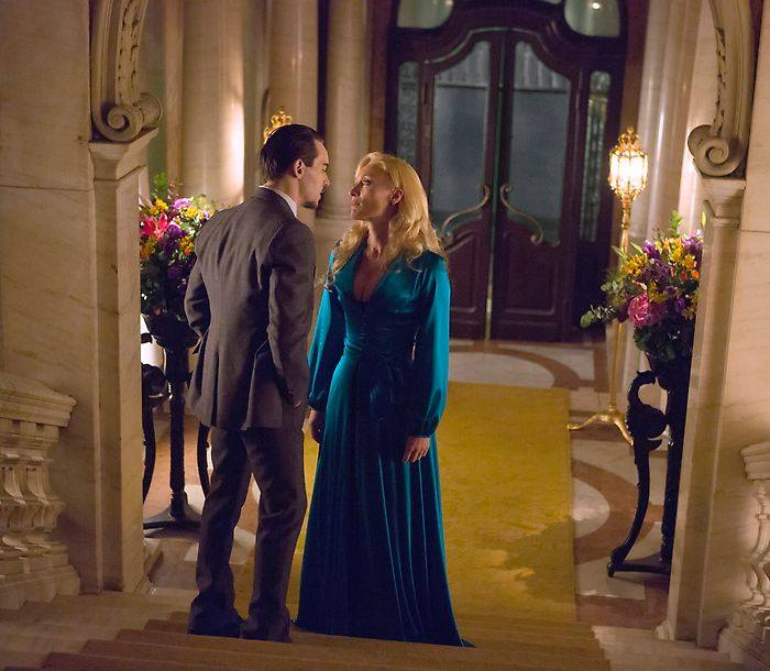 Lady Jayne (Victoria Smurfit) and Grayson (Jonathan Rhys-Meyers)
