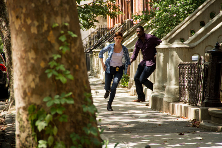 Cat and Leo run from her ex-husband during the pilot episode.